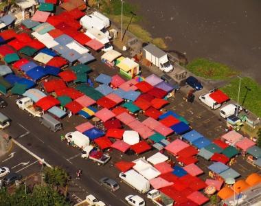 Le marché de Saint-Paul et ses environs vue du ciel par Fly Réunion