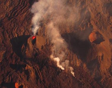 Le massif du volcan et le piton de la fournaise en éruption